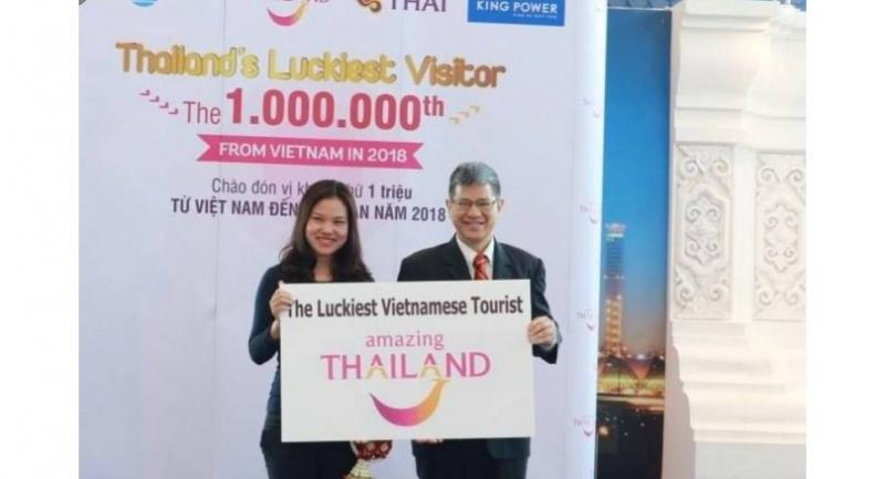TAT's Chattan Kunjara Na Ayudhya, right, and Duong Thu Trang, the one millionth Vietnamese tourist.