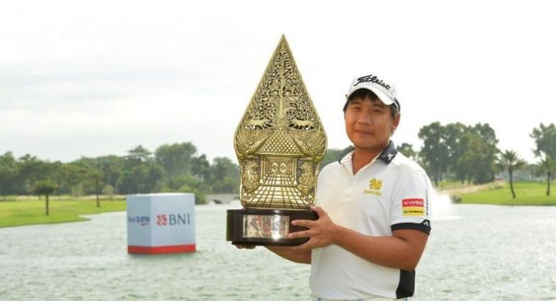 Poom Saksansin poses with the trophy.