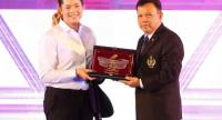 Ariya Jutanugarn receives the Best Professional Athlete Award from a representative of the Sports Authority of Thailand.