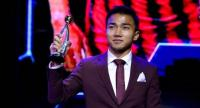 Chanathip Songkrasin with the  Best Men's Player trophy of the Year award.