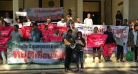 Locals from Nakhon Si Thammarat and Phathhalung rally at Government House on Monday to protest against a  government plan to build three reservoirs in their hometown.