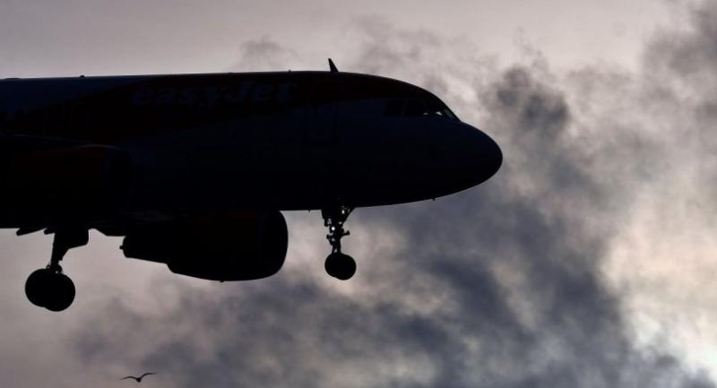 An EasyJet aircraft prepares to land at London Gatwick Airport, south of London, on December 21, 2018, as flights resumed following the closing of the airfield due to a drones flying./AFP
