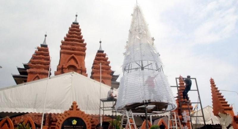 An 11metertall Christmas tree made from plastic bottles is erected at Denpasar Cathedral in Bali on Dec 20. Aside from enlivening Christmas celebrations, the tree promotes the reduced use of plastics.//JK Post