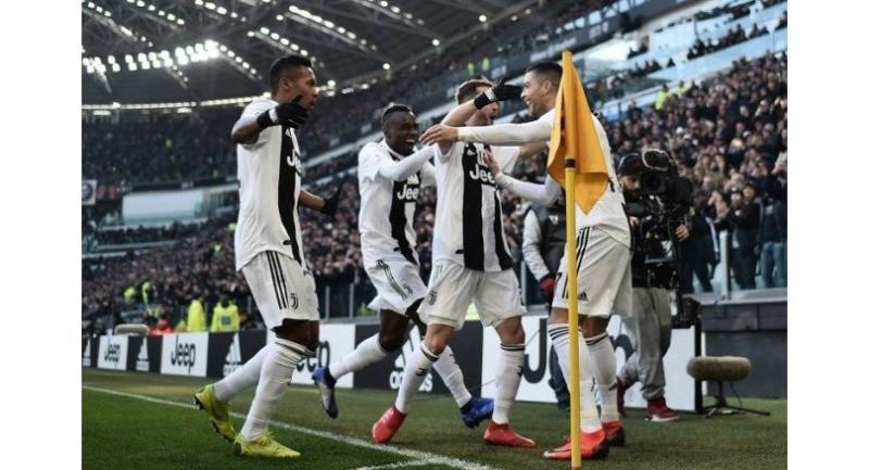 Juventus' Portuguese forward Cristiano Ronaldo (R) celebrates with teammates after opening the scoring during the Italian Serie A football match Juventus vs Sampdoria on December 29, 2018 at the Juventus stadium in Turin.  Marco BERTORELLO / AFP