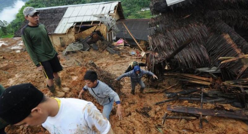 Indonesian villigers and rescuers search for landslide victims at Sirnaresmi village in Sukabumi, Indonesia, 01 January 2019. // EPA-EFE PHOTO