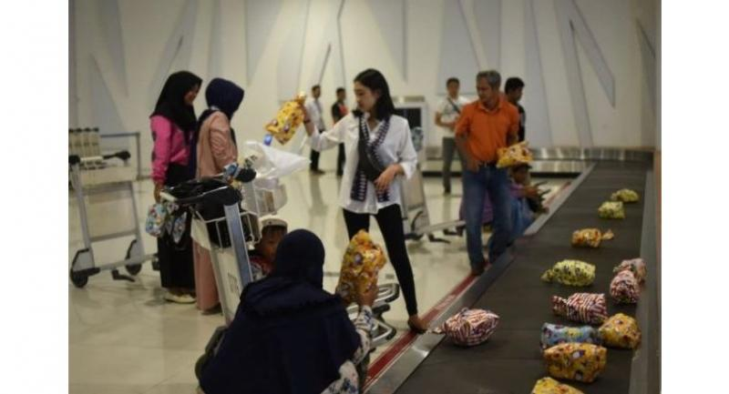 Sepinggan Airport's first passengers of the year were delighted when the baggage carousel delivered individually wrapped gifts for every passenger of the flight. (JP/N. Andri)