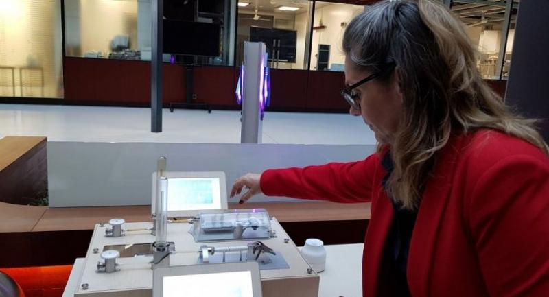 A researcher at The Cube demonstrates how a conventional cigarette produces smoke and how a smoke-free product produces aerosol./Jintana Panyaarvudh