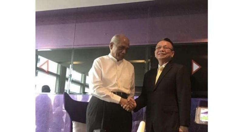 Malaysian facilitator Rahim Noor talk with Udomchai Thammasaroraj
