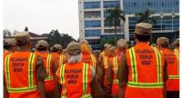 About 200 Bekasi public servants in West Java wore neon-green and orange vests during morning roll call on Jan. 14 as a form of punishment for committing various violations. (Warta Kota/Fitriyandi Al Fajri)