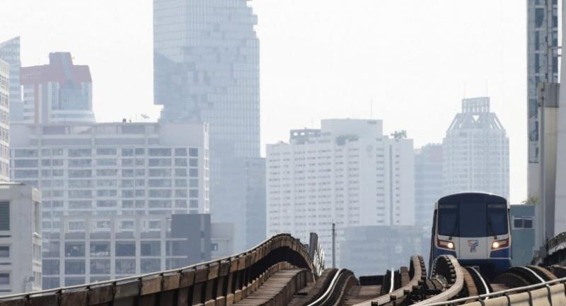 A trains runs through along a track as bad air pollution continues to affect Bangkok yesterday. // EPA-EFE PHOTO