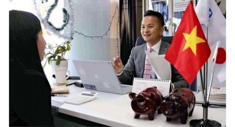 Nguyen Duy Hung, who goes by the Japanese name of Yuji Yamamoto, interviews job seekers at his company in Isesaki, Gunma Prefecture, on Friday.//Yomiuri Shimbun