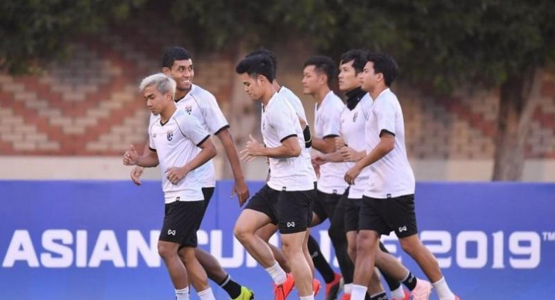 Chanathip Songkrasin (1st from left) in a training session with his fellow teammates.