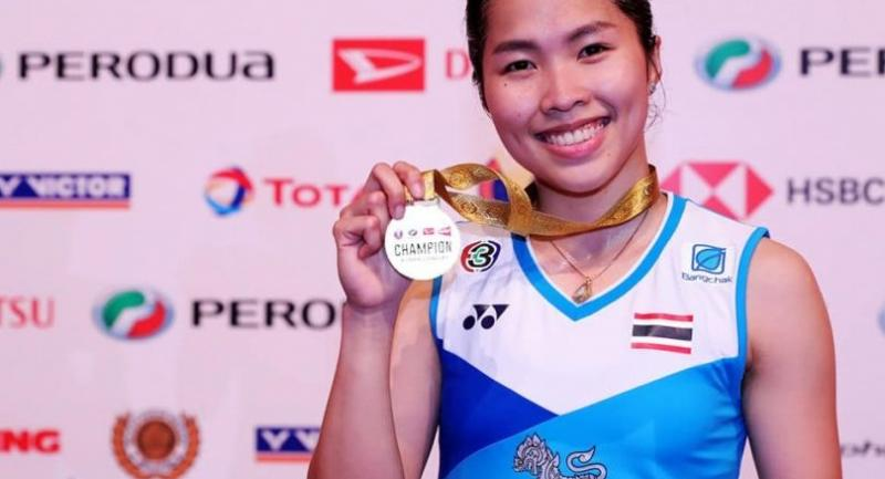 Ratchanok Intanon poses with her gold medal. (Badminton Photo)