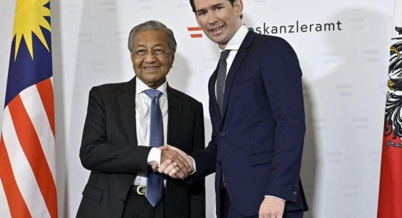 Prime Minister of Malaysia Mahathir bin Mohamad (L) is greeted by Austrian Chancellor Sebastian Kurz prior to a meeting in Vienna on January 21, 2019.//AFP