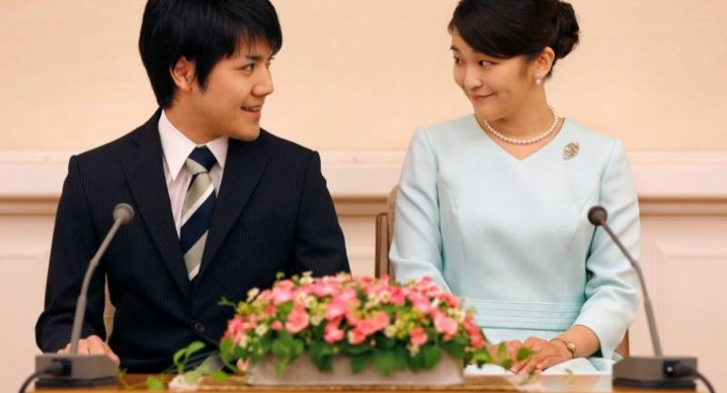 This file photo shows Princess Mako (R), the eldest daughter of Prince Akishino and Princess Kiko, and her fiancee Kei Komuro (L), during a press conference to announce their engagement at the Akasaka East Residence in Tokyo in 2017.//AFP