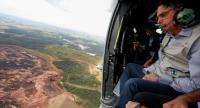 Brazilian President Jair Bolsonaro overflies the mud-hit area in Corrego do Feijao near the town of Brumadinho in the state of Minas Gerias in southeastern Brazil, on January 26, 2019./AFP