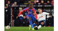 Crystal Palace's Ivorian striker Wilfried Zaha (L) fouls Tottenham Hotspur's Argentinian midfielder Erik Lamela. / AFP