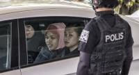 File photo : Siti Aisyah (2-L), who was detained in connection with the death of Kim Jong-Nam, is escorted by Malaysian police officers out of the Shah Alam High Court, in Shah Alam, Malaysia, in  December last year.//EPA-EFE