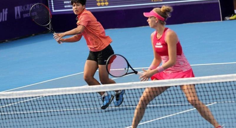 Luksika Kumkhum, left, and Cornelia Lister can't compete with the third seeds. / Wanchai Kraisornkhajit