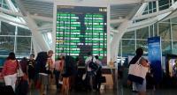 Passengers check the flight schedule at I Gusti Ngurah Rai International Airport in Denpasar, Bali. (JP/Ni Komang Erviani)