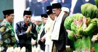 "President Joko ""Jokowi"" Widodo (second left) expresses his appreciation to participants of a Nahdlatul Ulama (NU) gathering at the Jakarta Convention Center on Thursday."