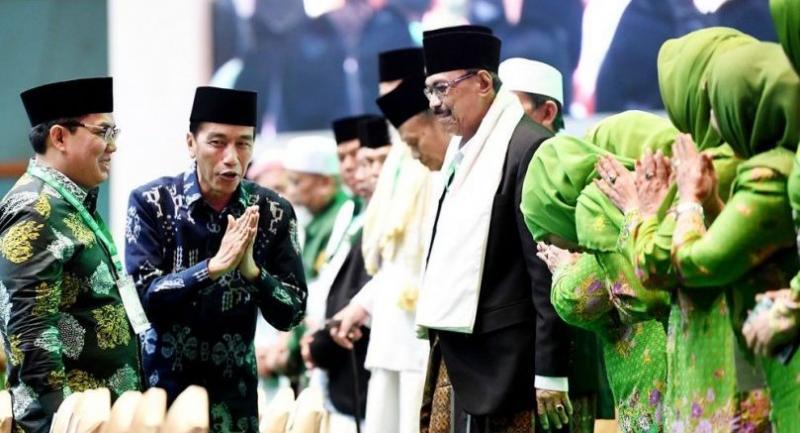 "President Joko ""Jokowi"" Widodo (second left) expresses his appreciation to participants of a Nahdlatul Ulama (NU) gathering at the Jakarta Convention Center on Thursday."