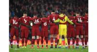 Liverpool's players observe a moment of silence. / AFP