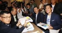 File photo : Thai Raksa Chart party's chief strategist Jaturon Chaisang and party leader Preechaphon Pongpanich applied to compete in the March 24 national election.