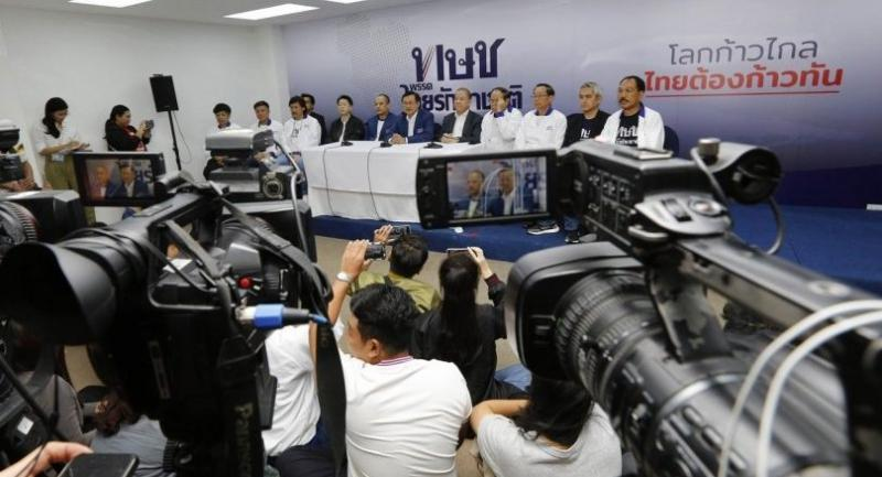 Thai Raksa Chart key member Chaturon Chaisang, centre, addresses a press conference at party headquarters yesterday./EPA-EFE