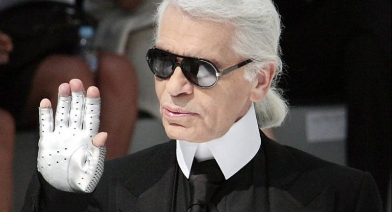 German designer Karl Lagerfeld acknowledges the public at the end Chanel Fall-Winter 2009 Haute Couture collection show in Paris on July 1, 2008.//AFP