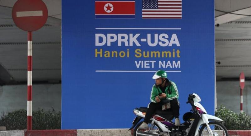 A GrabBike driver waits for customers in front a poster featuring the upcoming second summit between the US and North Korea in Hanoi, Vietnam 19 February.//EPA-EFE