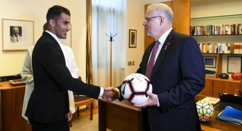 Footballer and refugee Hakeem al-Araibi (L) and Australian Prime Minister Scott Morrison (R) shake hands during a meeting at Parliament House in Canberra, Australia, 14 February///EPA-EFE