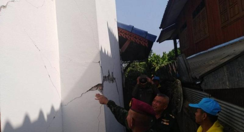 Officials yesterday inspect the quake damage to residential homes in tambon Thung Hua of Lampang's Wang Nua district.