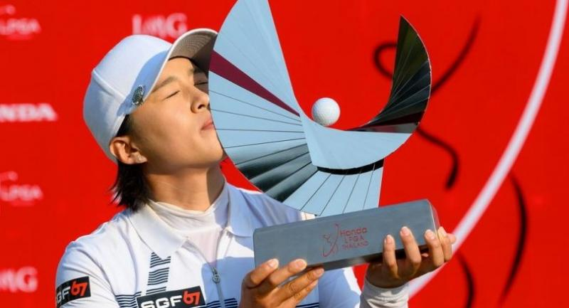Amy Yang of South Korea kisses her trophy. / Photo by Kittinun Rodsupan