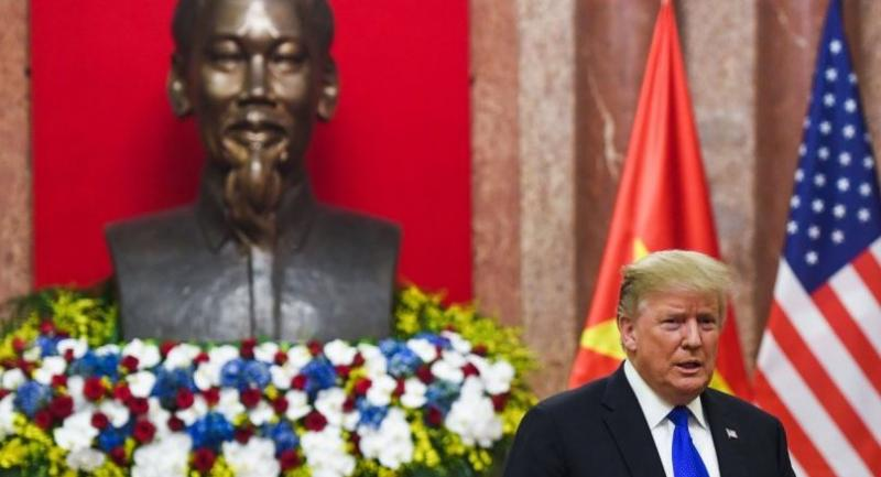US President Trump stands next to a bust of late president Ho Chi Minh as he arrives for a meeting with Vietnamese President Nguyen Phu Trong at the Presidential Palace in Hanoi on February 27,ahead of the second US-North Korea summit.//AFP