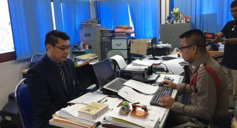 School director Boonyapong Phowattanathanat (L)