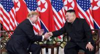 US President Donald Trump (L) shakes hands with North Korea's leader Kim Jong Un following a meeting at the Sofitel Legend Metropole hotel in Hanoi on February 27, 2019. // AFP PHOTO