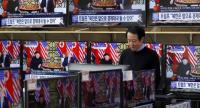 A South Korean watches a TV news broadcast of US President Donald J. Trump and North Korean leader Kim Jong-un meeting in Hanoi, at the Yongsan electronics market in Seoul, South Korea, on February 28.//EPA-EFE