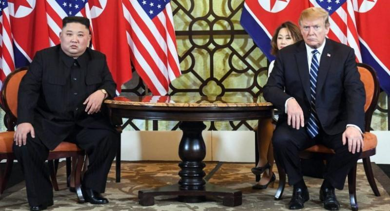US President Donald Trump (R) and North Korea's leader Kim Jong Un hold a meeting during the second US-North Korea summit at the Sofitel Legend Metropole hotel in Hanoi on February 28, 2019. // AFP PHOTO