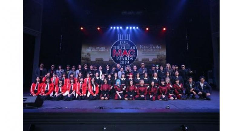 Winners of The Guitar Mag Awards 2019 pose for a photo session with the idol groups.