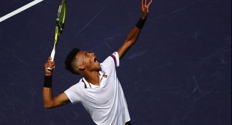 elix Auger-Aliassime of Canada serves against Stefanos Tsitsipas of Greece. / AFP