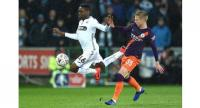 Swansea City's Swedish striker Joel Asoro (L) vies with Manchester City's Ukrainian midfielder Oleksandr Zinchenko. / AFP