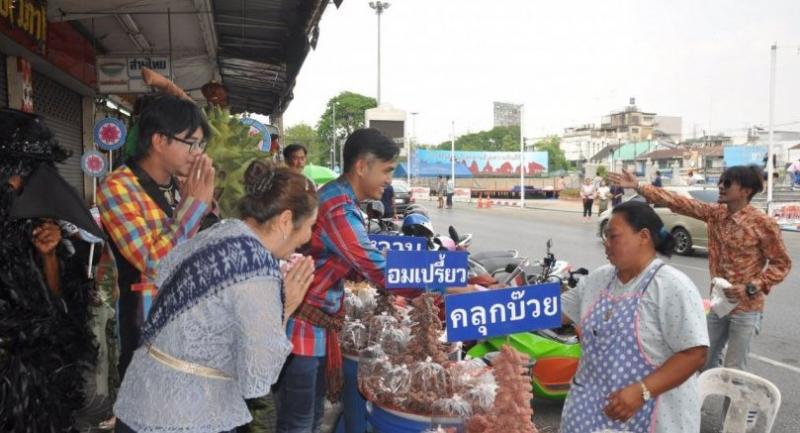 Tai Raktham party's deputy leader Chitsanupong Trairatrangsri campaigns in Nakhon Ratchasima on Wednesday.