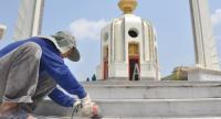 A worker cleans stairs of Democracy Monument on Friday.//Prasert Thepsri