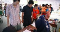 Thai citizens register to vote at a polling station during the general election on the outskirts of Bangkok, Thailand, 24 March.//EPA-EFE