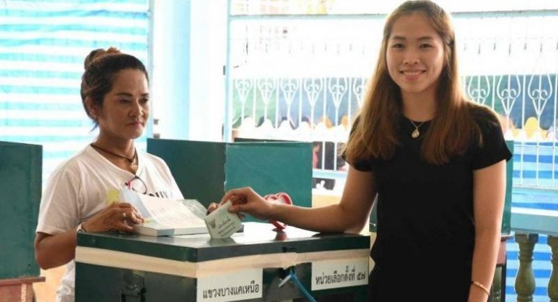 Ratchanok Intanon casts her ballot on Sunday.