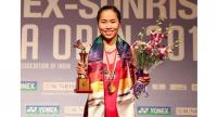 Ratchanok Intanon poses with her trophy. / Badminton Photo