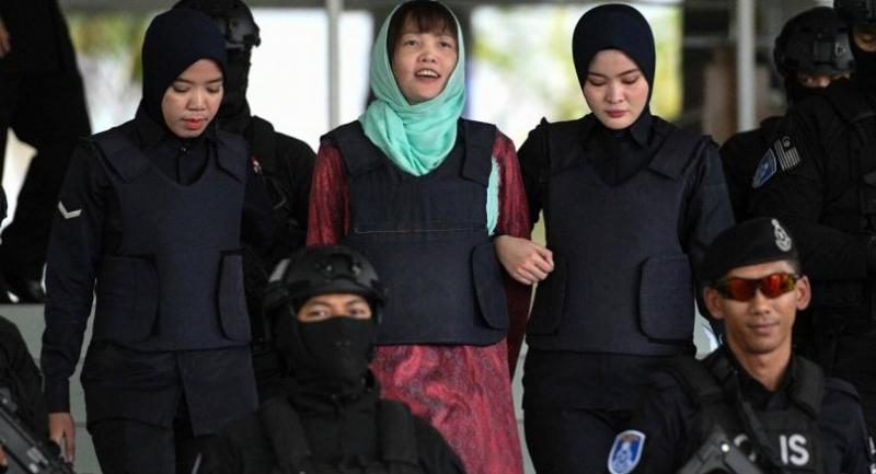 Vietnamese national Doan Thi Huong (C) is escorted by Malaysian police out of the High Court in Shah Alam on April 1.//AFP