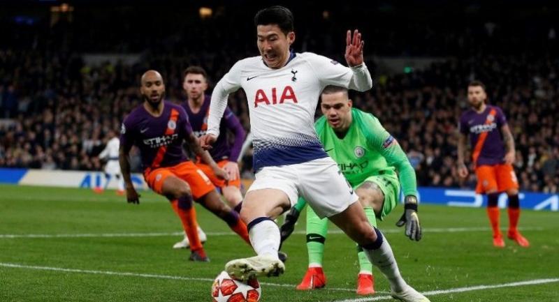 Tottenham Hotspur's South Korean striker Son Heung-Min (C) keeps the ball in play.
