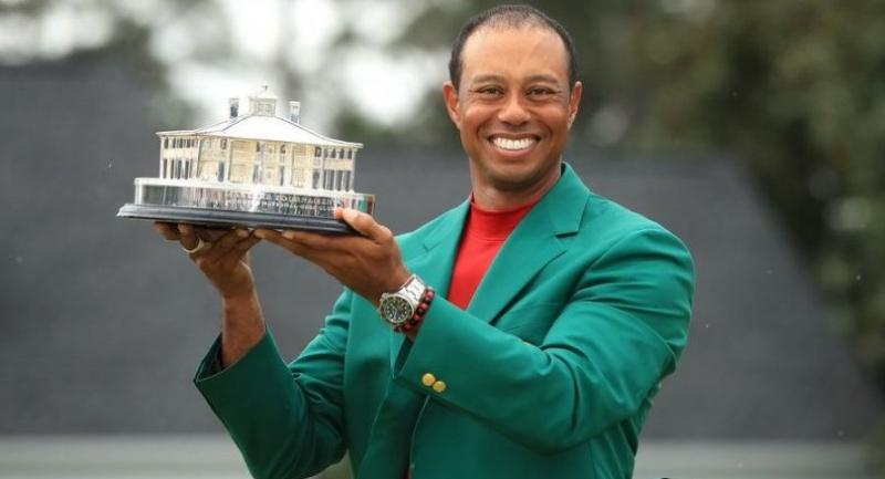 Tiger Woods of the United States celebrates with the Masters Trophy during the Green Jacket Ceremony. / AFP